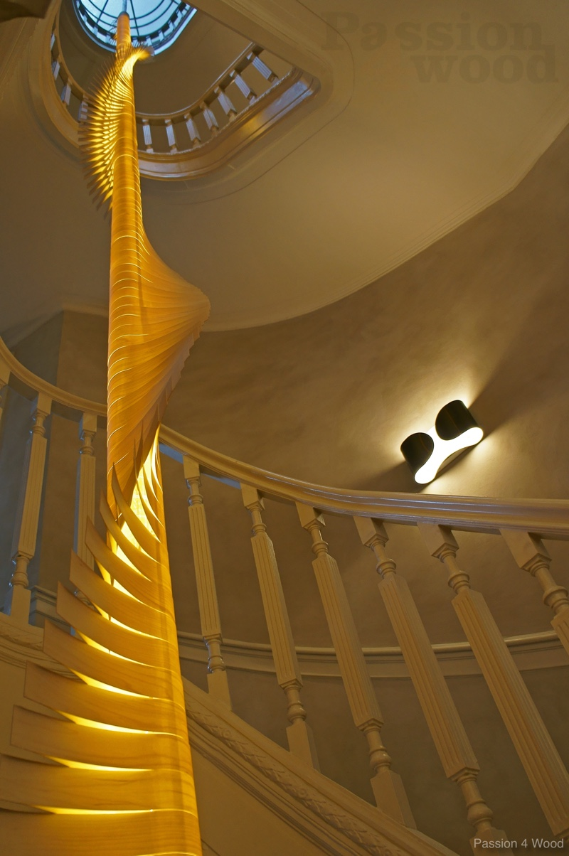 Helix spiral - sculptural pendal light - woodlight - mike Vanbelleghem - frontaal zicht