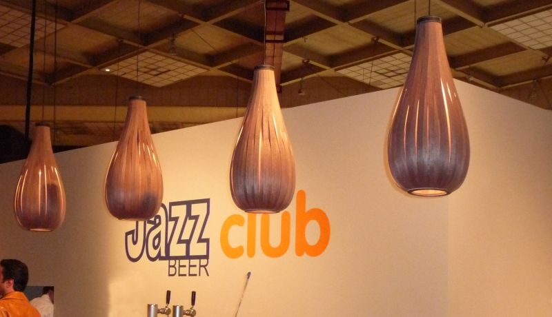 Passion_4_Wood - Rain houten lamp in walnoot op beurs in Jazz beer club