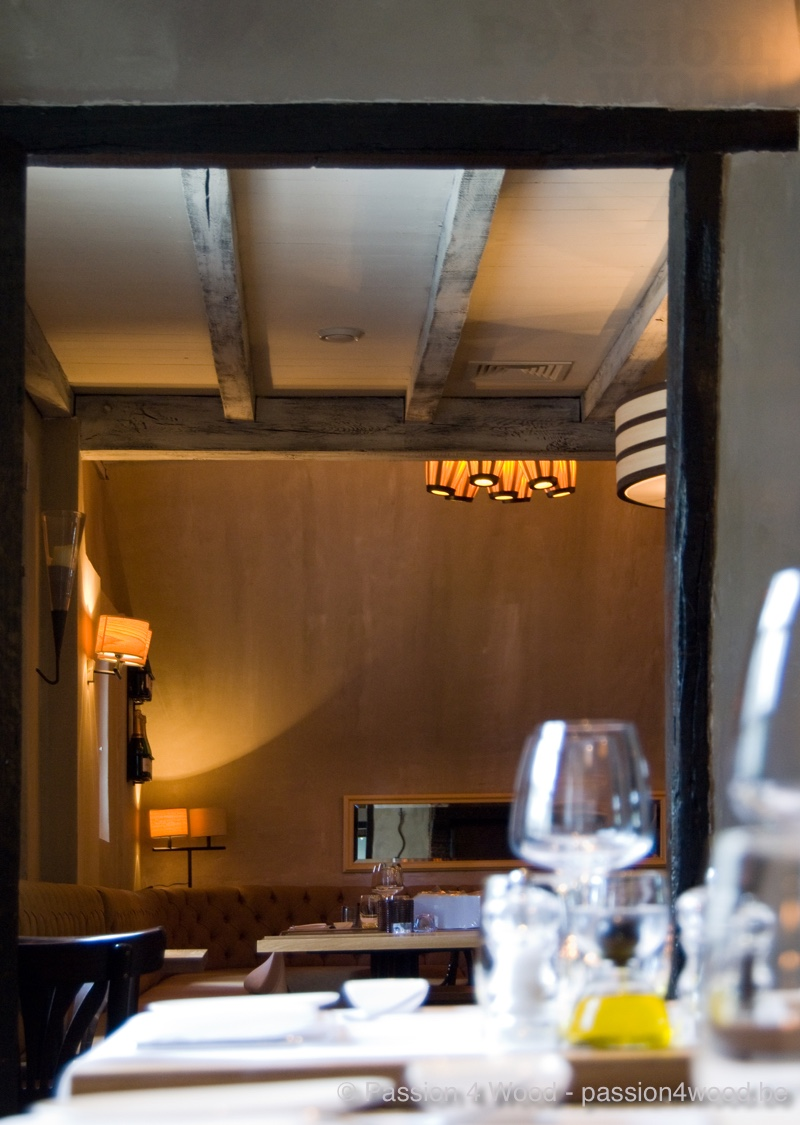 Ambiance photo of both wall and suspension lighting in a restaurant lade of wood